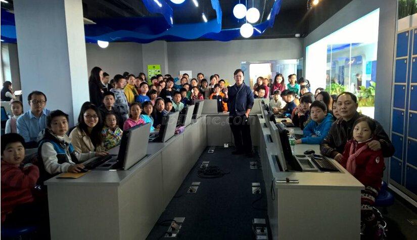 上海宝山少科站的3D设计打印活动吸引了大批家长孩子们.jpg